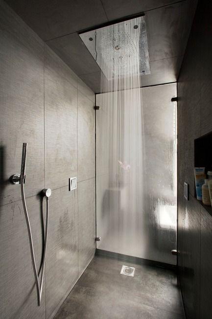 Salle de bain équipée de produits Hansgrohe. Douchette et ciel de douche
