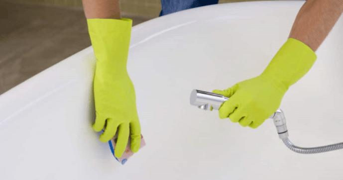 laver une baignoire avec une éponge