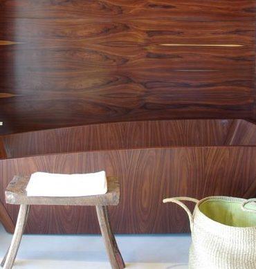 salle de bains avec murs et baignoire en bois