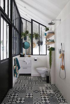 salle de bain étroite avec carrelage à motifs