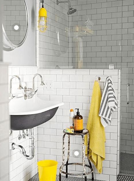 salle de bain avec accessoires originaux