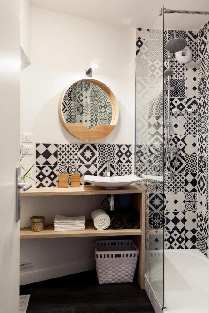 salle de bain originale avec carrelage