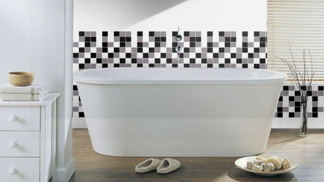 Salle de bain avec mur à petits carreaux blanc, gris et noir.