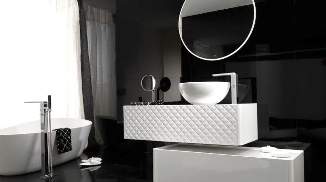 Salle de bain avec mur noir brillant.