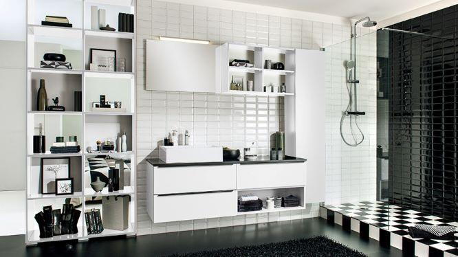 Salle de bain avec douche revêtue d'un sol en damier.