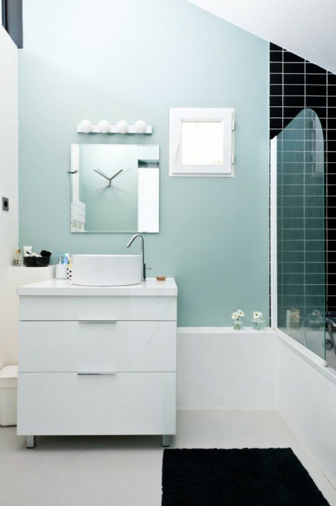 petite salle de bain bleu et blanche