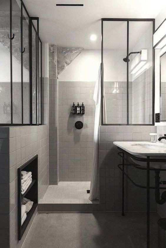 salle de bain avec douche italienne carrelée grise