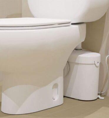 Sanibroyeur mis en place derrière un WC