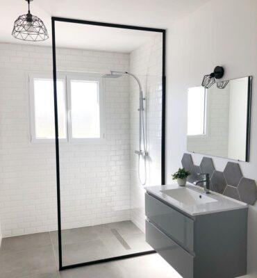 douche italienne dans salle de bain blanche et grise