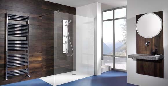 salle de bain spacieuse avec chauffe serviette, douche Italienne et vasque suspendu