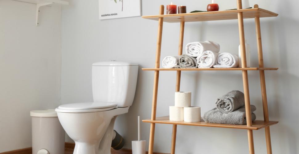 toilettes avec meuble pour serviettes