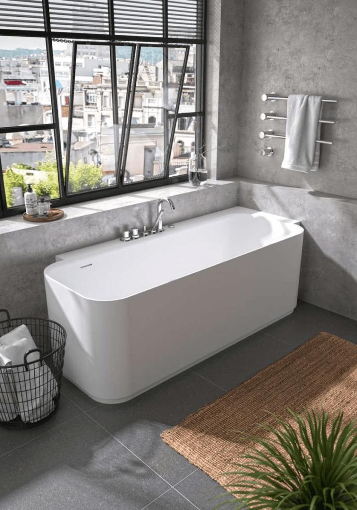 baignoire dans salle de bain avec fenetre ouverte