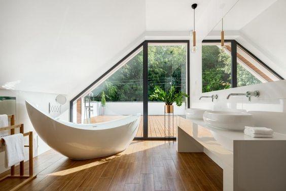 baignoire îlot dans salle de bain en parquet avec terrasse extérieure