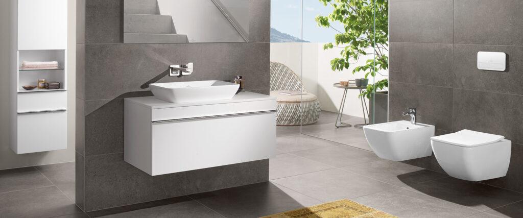 salle de bain avec wc, bidet et meuble suspendu blancs