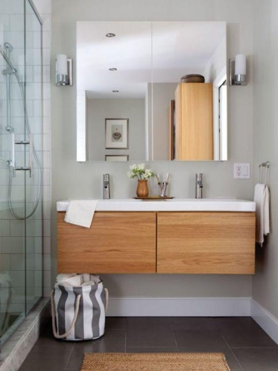 salle de bain avec meubles en bois suspendu