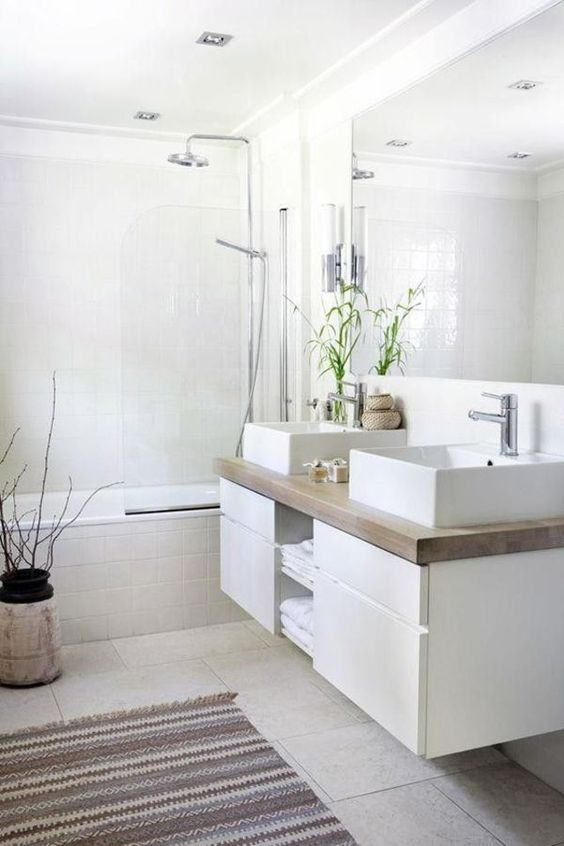 salle de bain épurée avec grand miroir et baignoire-douche