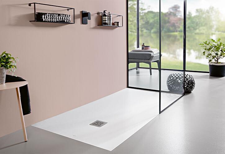 receveur de douche blanc dans salle de bain avec mur rose