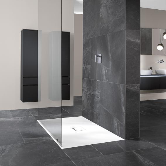 receveur de douche blanc dans salle de bain grise
