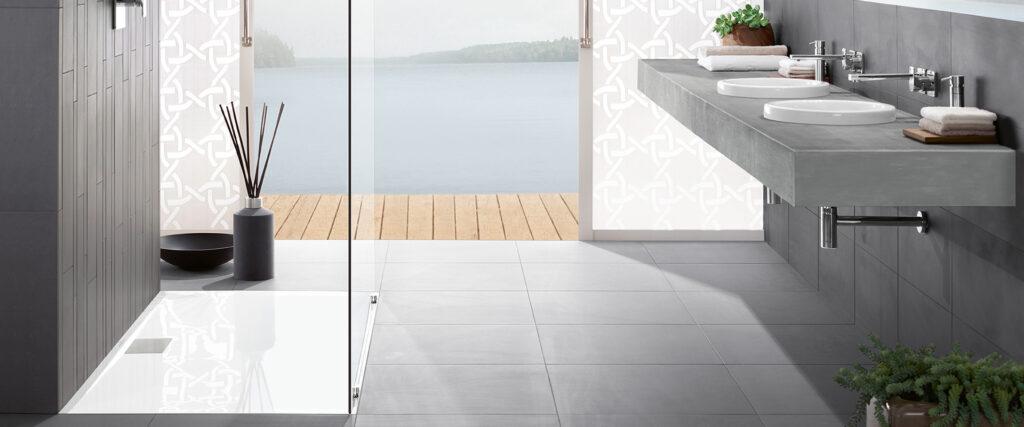 salle de bain grise et épurée avec vue sur mer