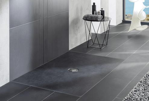 receveur de douche gris sur sol de salle de bain gris