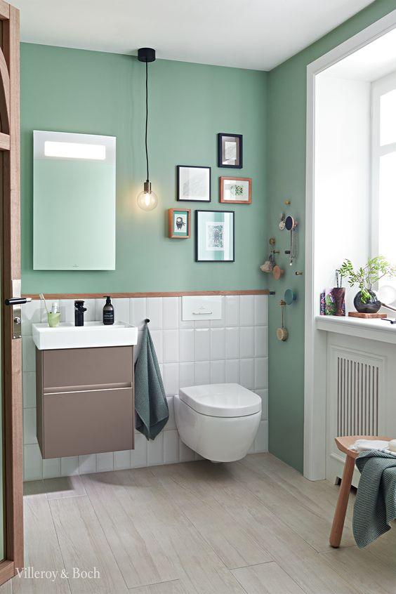 salle de bain avec murs verts