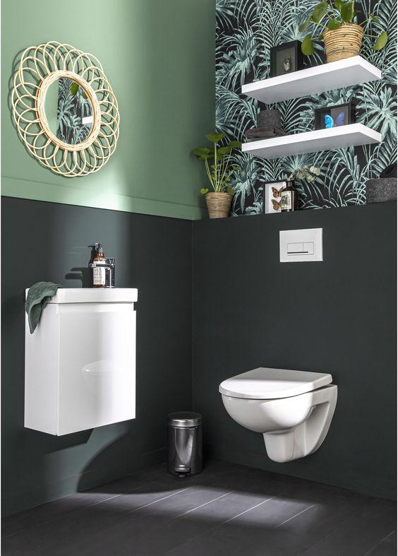 wc suspendu dans toilettes avec décoration exotique