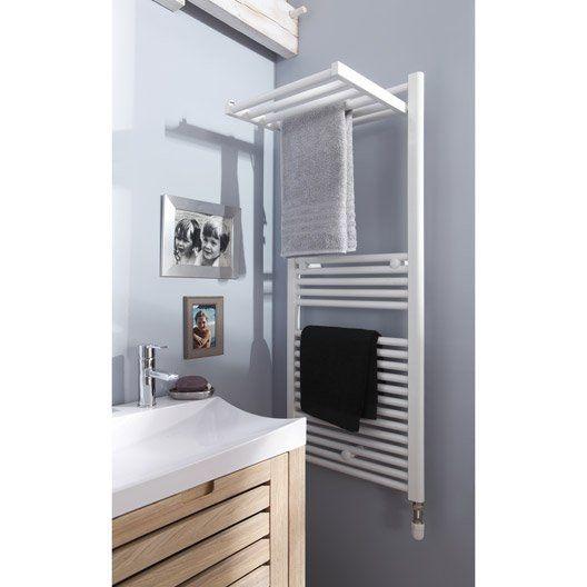 sèche serviette sur mur gris