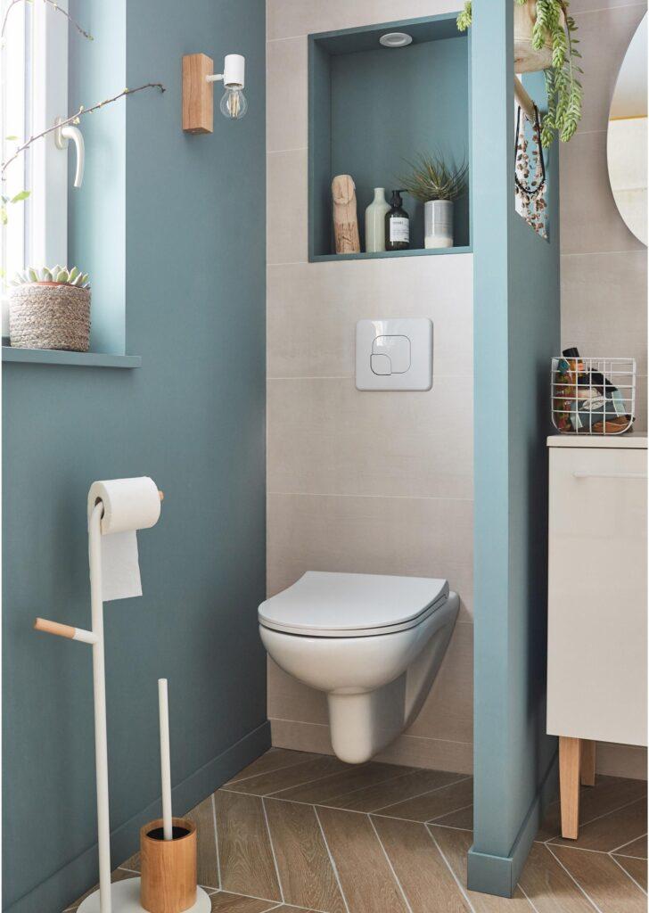 wc suspendu dans pièce blanche et bleu