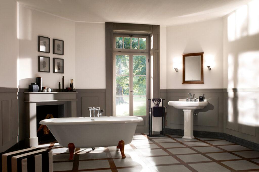 salle de bain avec baignoire sur pieds