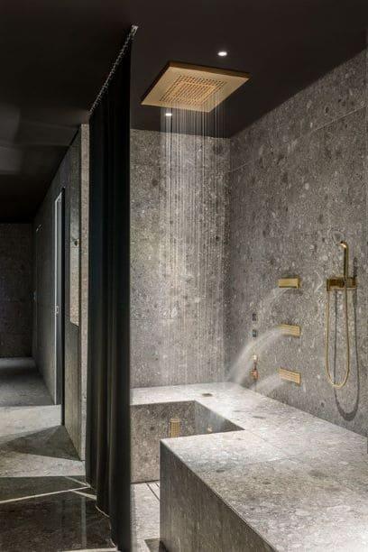 douche au plafond en marche