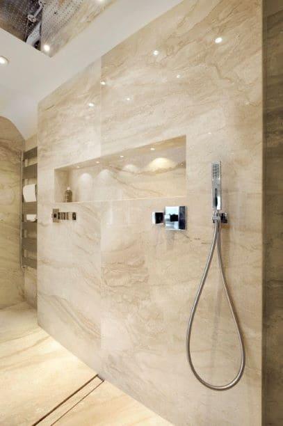 Douche encastrée dans salle de bain en marbre