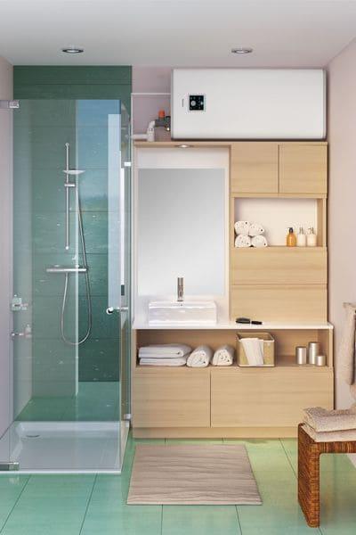 salle de bain avec ballon d'eau chaude