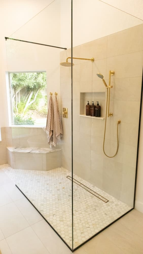 Douche avec colonne de douche dorée